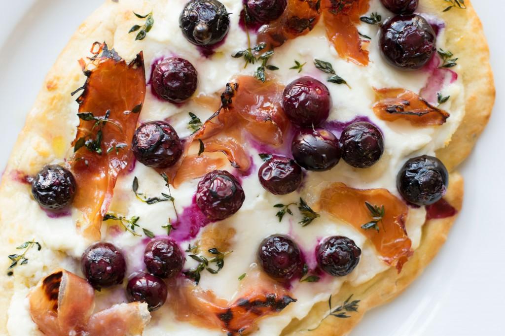 Naanpizza met blauwe bessen