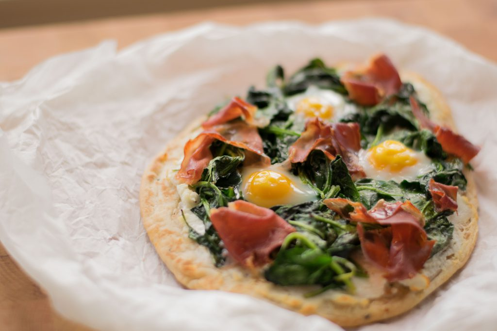 Naanpizza met spinazie en kwarteleitjes