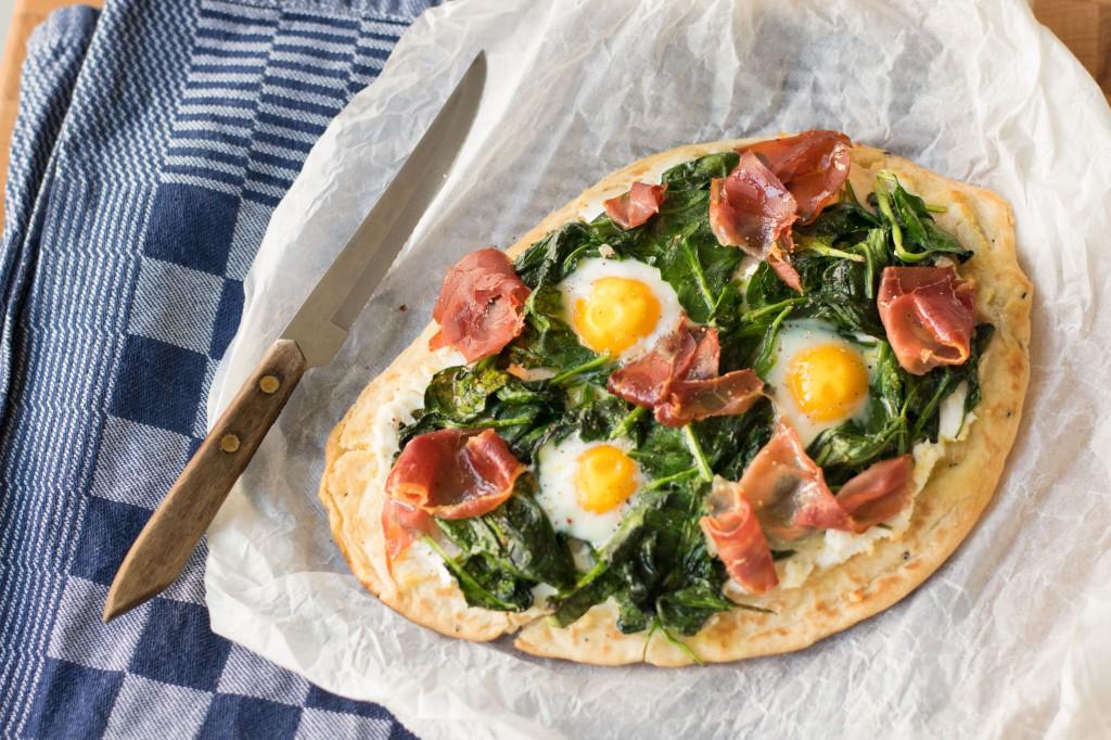 2.-Naan-Pizza-met-Spinazie-en-ei