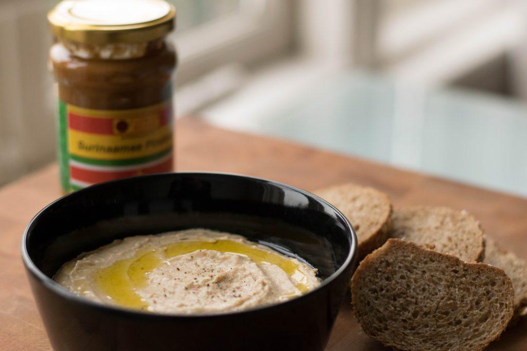 Hummus van reuzenbonen en Surinaamse pindakaas