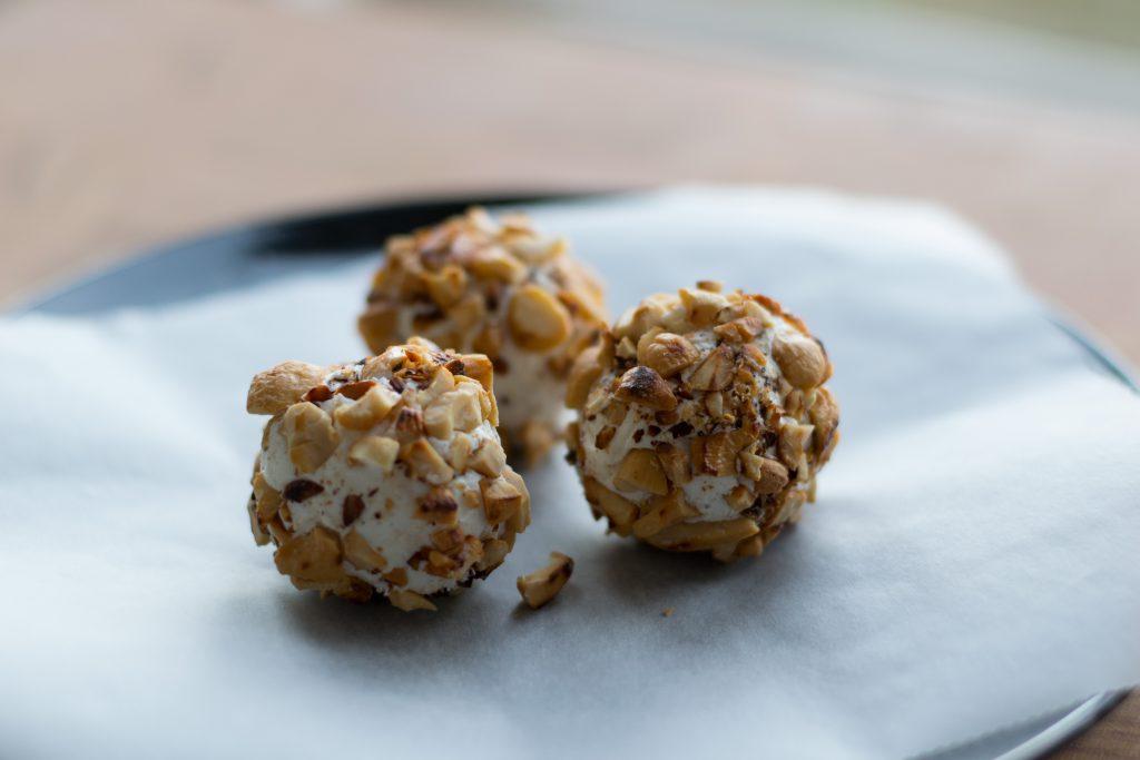 Druif-geitenkaasballetjes met cashewnotenkruim