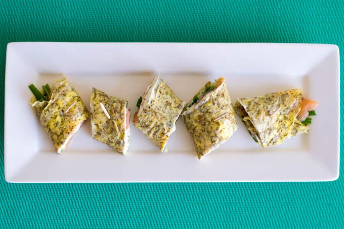 Omeletrolletjes met gerookte zalm en lente-ui