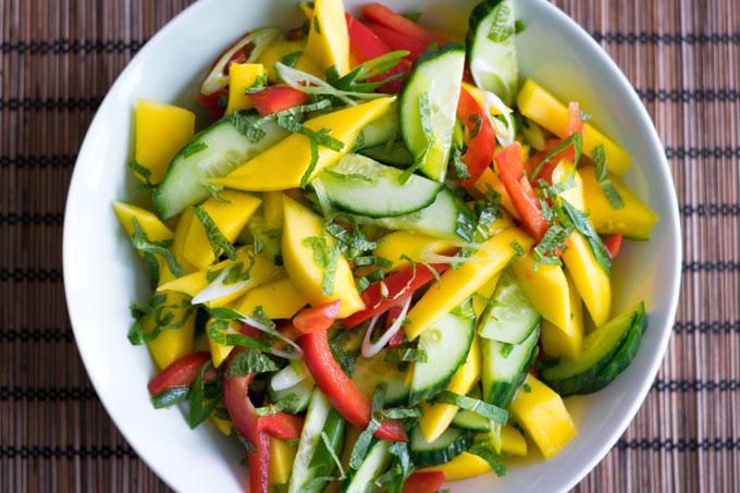 Mangosalade met komkommer, paprika en munt