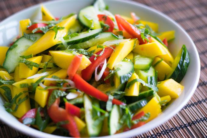 Mangosalade met komkommer en paprika