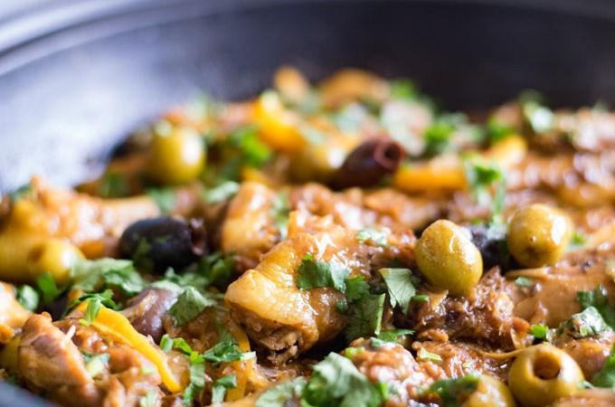 Marokkaanse kip tajine. Heerlijk smaakvolle tajine met kip, olijven en ingelegde citroen. Garneer met koriander of peterselie! #tajine #kiptajine #kip | Anniepannie.nl
