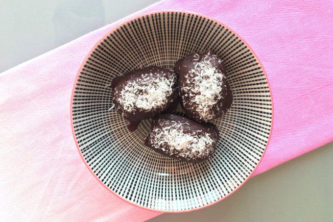 Choco dadels met pindakaas en kokos - Anniepannie.nl