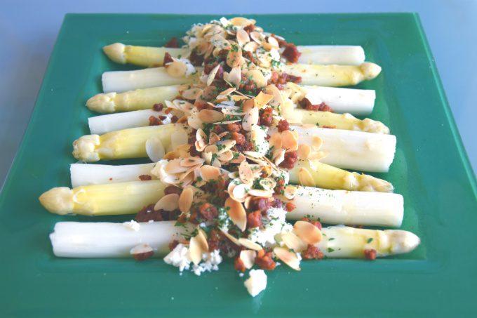 Asperge recepten 3: Witte asperges met chorizo-feta kruim