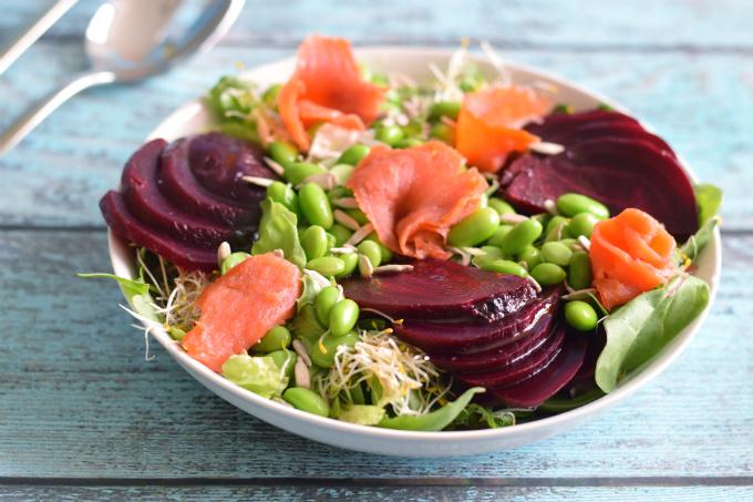 Salade met bietjes, gerookte zalm en sojabonen - Anniepannie.nl