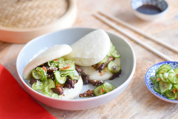 Stoombroodjes met kip en zoetzure komkommer. Sticky kip met five spice kruiden en knapperige, zoetzure komkommer zijn de ideale vulling voor deze zachte Chinese gestoomde broodjes. Impress your friends! - #guabao #gestoomdebroodjes #bao #zoetzuur | Anniepannie.nl