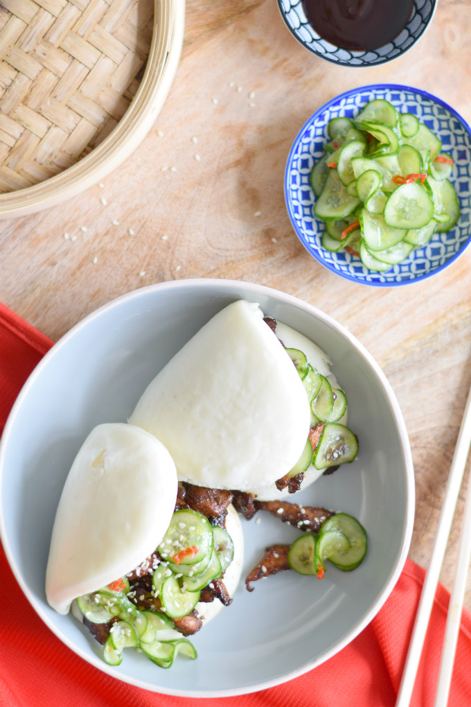 Chinese stoombroodjes met kip en zoetzure komkommer. Heerlijke, zachte gestoomde broodjes met kleverige kip met five spice kruiden en ingelegde komkommer. Een zachte bite met een kick en een crunch! #kip #stickychicken #steambuns #lotusbroodjes #komkommer #fivespice | Anniepannie.nl