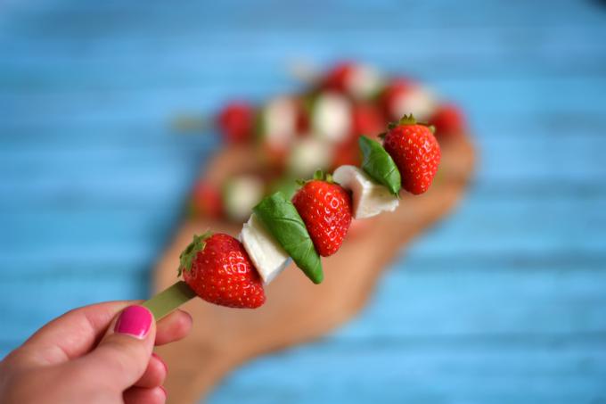 Spiesjes met aardbeien, mozzarella en basilicum - Anniepannie.nl