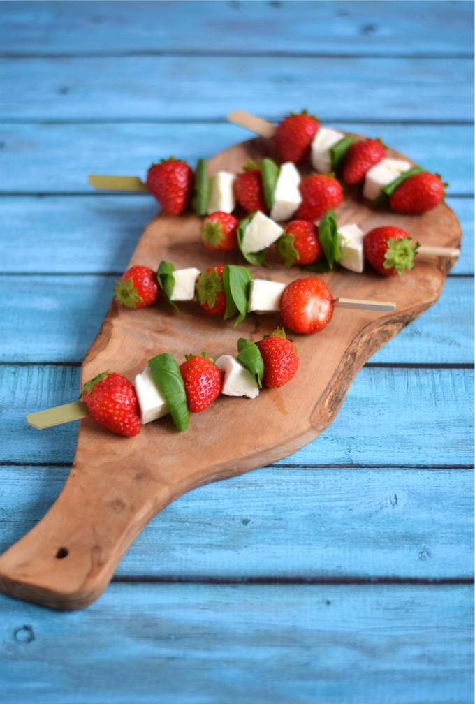 Spiesjes met aardbeien en mozzarella - Anniepannie.nl