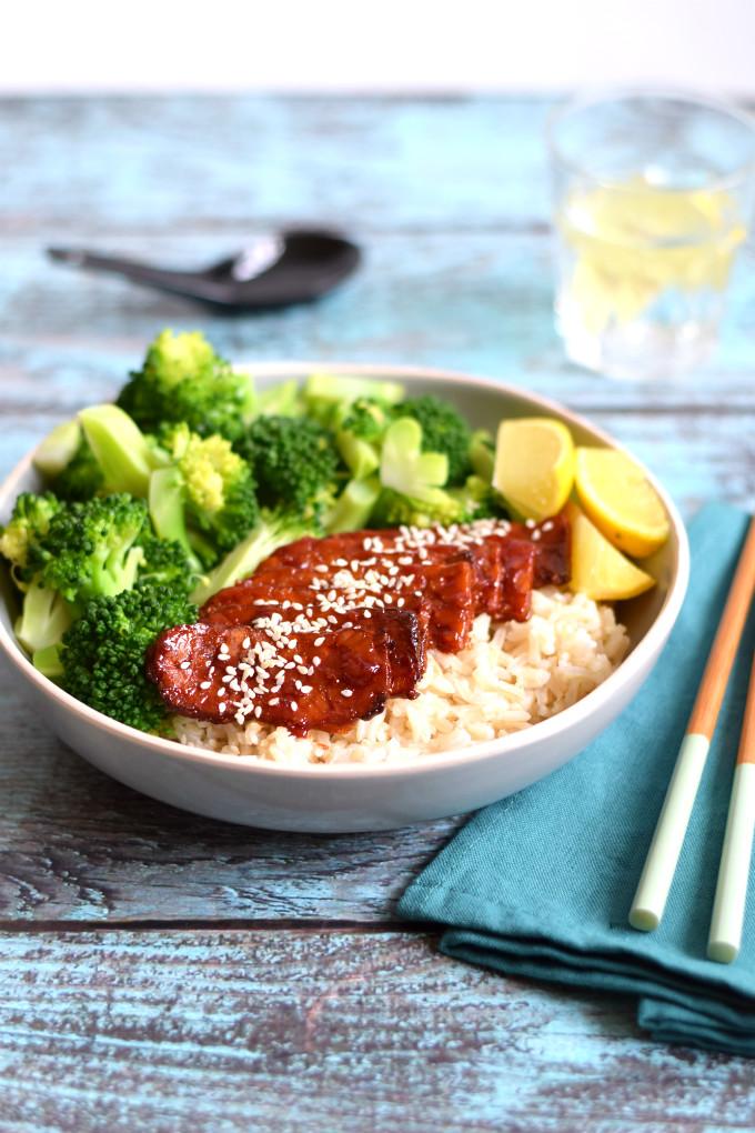 Sticky tempeh bowl met rijst en broccoli - Anniepannie.nl