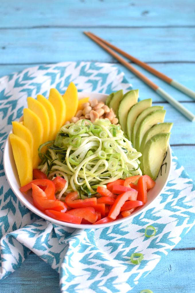 salade bowl met courgettenoedels en mango - Anniepannie.nl