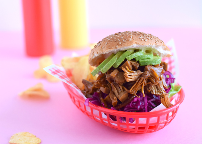 Broodje pulled jackfruit met ketjap koolsla en avocado - Anniepannie.nl