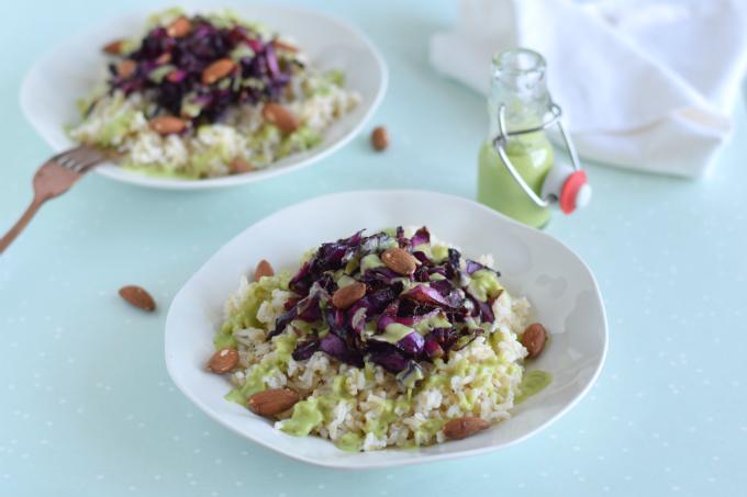 Geroosterde rode kool met rijst amandelen en avocadodressing
