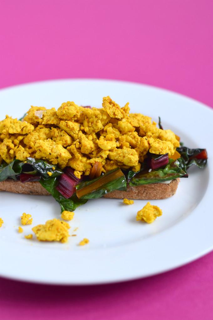 Tofu scramble op broodje - Anniepannie.nl
