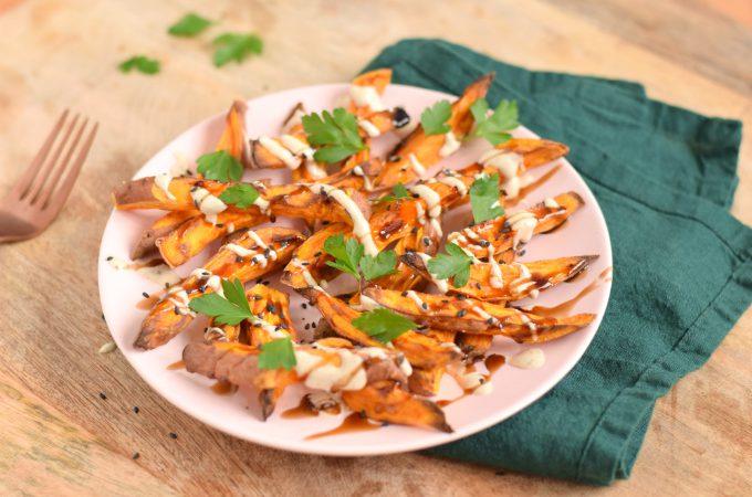 Zoete aardappelfriet met tahin en granaatappelmelasse