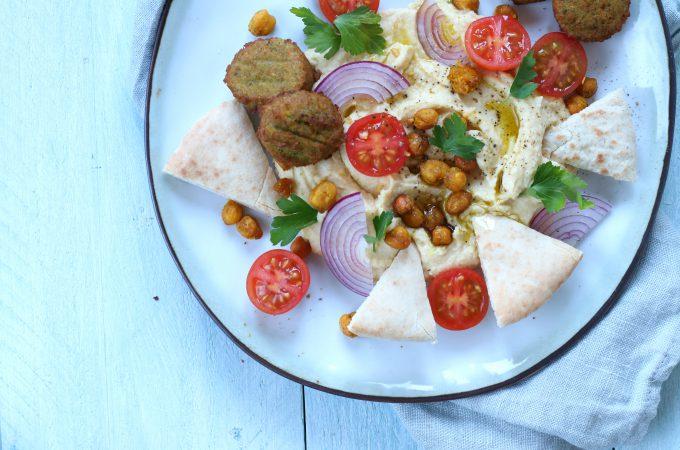 Loaded hummus met falafel en krokante kikkererwten