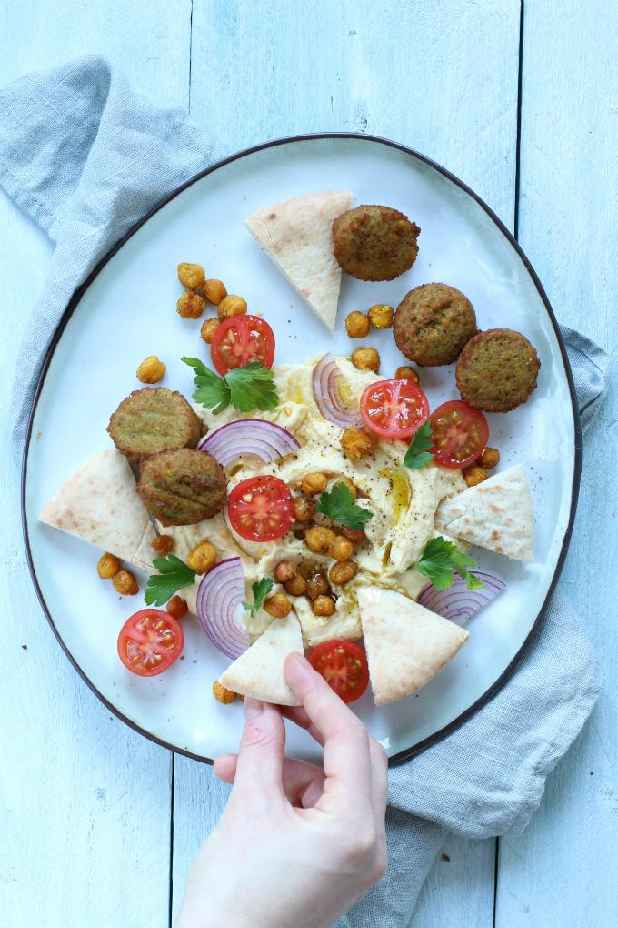 Loaded hummus met falafel en krokante kikkererwten - Anniepannie