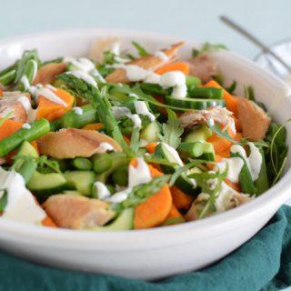 Zoete aardappelsalade met makreel komkommer en groene asperges - Anniepannie