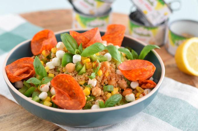 Quinoa salade met kikkererwten, mais en chorizo-roosjes
