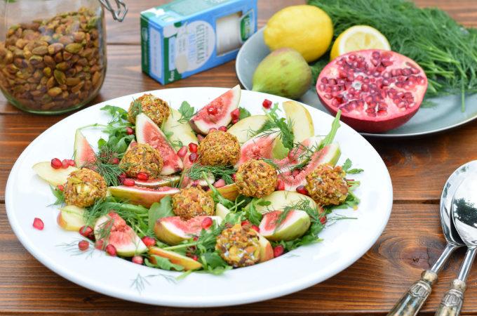 Salade met vijgen, appel en geitenkaas-pistachebollen