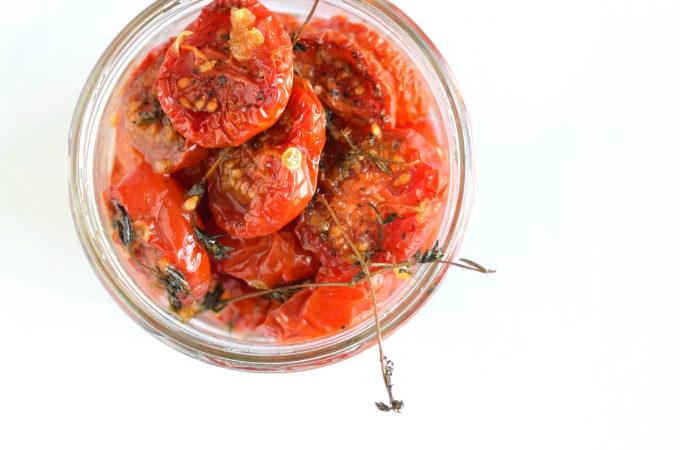 Gedroogde tomaatjes uit de oven met knoflook en tijm - Anniepannie