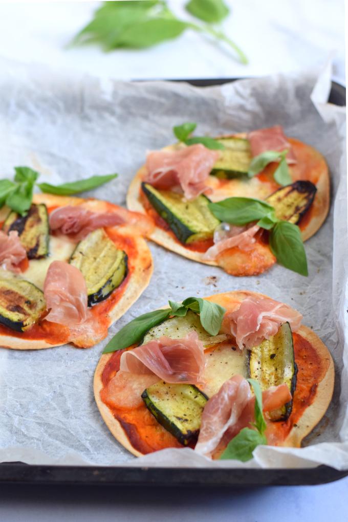 Mini pizza's met parmaham en gegrilde courgette