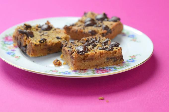 Blondies van kikkererwten - Vegan bondies met chocolade en pindakaas | Anniepannie.nl