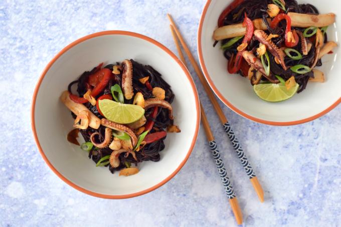 Gewokte pijlinktvis 'Asian style' met zwarte rijstnoedels en limoen