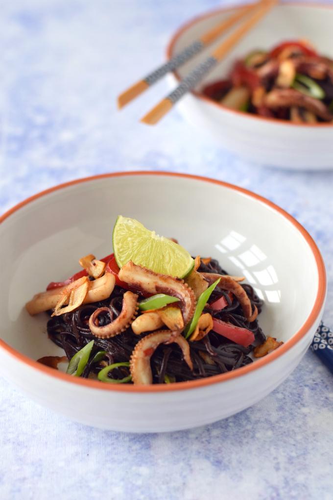 Gewokte pijlinktvis 'Asian style' met zwarte rijstnoedels en limoen - Anniepannie