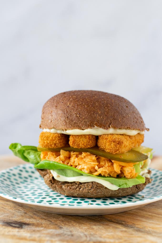 Vegan hoofdgerechten | Broodje vissticks met wortelsalade en augurk