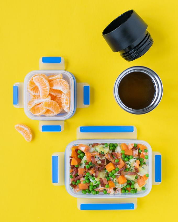 Aardappelsalade met spekjes, wortel en doperwten