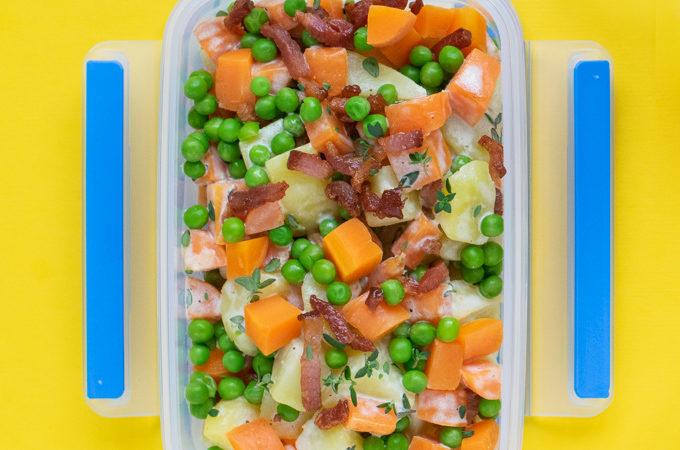 Aardappelsalade met spekjes, wortel en doperwten - Anniepannie.nl