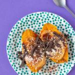 Gepofte zoete aardappel met pindakaas en chocola