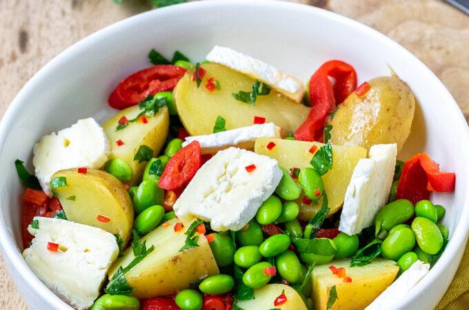Aardappelsalade met geroosterde paprika, brie en edamameboontjes - ANNIEPANNIE
