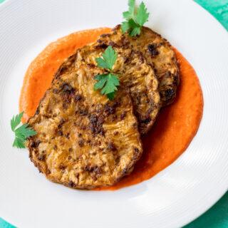 Knolselderij steaks met geroosterde paprikasaus - ANNIEPANNIE